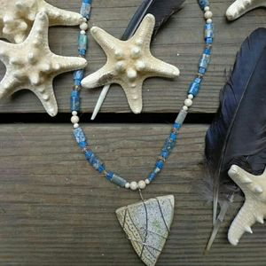 Crackle necklace with blue beads
